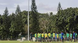 Para pemain Timnas Indonesia U-19, mendapatkan pengarahan saat latihan di Lapangan ABC Senayan, Senin (19/2/2018). Pemusatan latihan Timnas Indonesia akan digelar selama satu pekan, yakni 18-25 Februari 2018. (Bola.com/Vitalis Yogi Trisna)