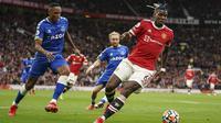 Usai itu, Manchester United kembali memperoleh peluang melalui Paul Pogba. Kali ini, sepakannya masih melambung di atas mistar gawang Everton. (AP/Dave Thompson)