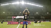Pemain Arema FC, Adam Alis meraih bola emas  sebagai pemain terbaik saat timnya meraih juara  Piala Presiden 2017 di Stadion Pakansari, Bogor, Minggu (12/3/2017). (Bola.com/Nicklas Hanoatubun)
