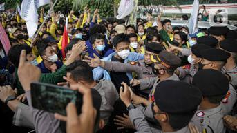 FOTO: Mahasiswa Saling Dorong dengan Polisi Saat Demo di KPK