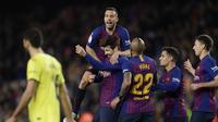 Para pemain Barcelona merayakan gol yang dicetak Gerard Pique ke gawang Villarreal dalam laga lanjutan La Liga di Camp Nou, Senin (3/12/2018) dini hari WIB. (AP Photo/Manu Fernandez)