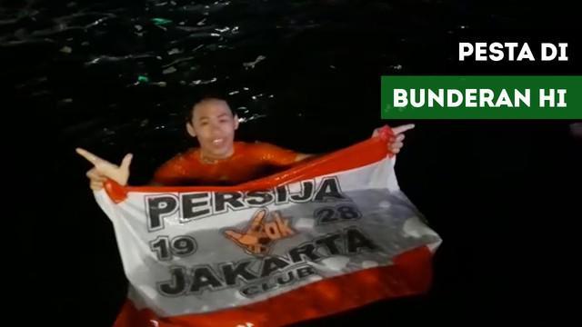 Ratusan Jakmania merayakan keberhasilan Persija Jakarta juara di Bunderan HI, Minggu (9/12/2018)