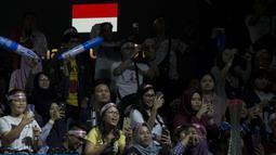 Suporter memberikan dukungan saat tunggal putra Indonesia, Jonatan Christie, melawan Chou Tien Chen pada laga Indonesia Open 2019 di Istora Senayan, Jakarta, Jumat (19/7). Jojo kalah 21-16, 18-21 dan 14-21. (Bola.com/Peksi Cahyo)