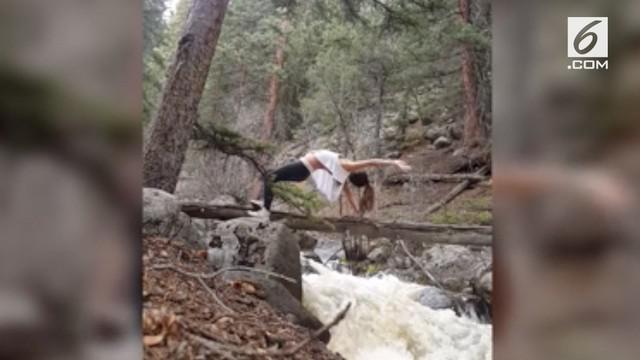 Seorang wanita melakukan yoga di atas sungai. Kehilangan keseimbangan, ia malah terjatuh dan terseret arus sungai.