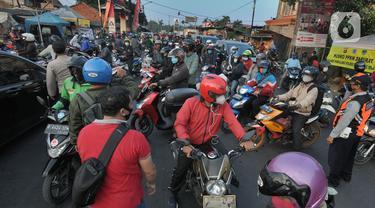Sejumlah kendaraan yang akan menuju Jakarta diputar balikan di Pos PPKM Tangerang Selatan di Jalan RE.Martadinata, Tangerang Selatan, Banten, Senin (5/7/2021). Ribuan kendaraan bermotor diputar balik pada ruas jalan raya yang menghubungkan Parung Bogor-Lebak Bulus Jakarta. (merdeka.com/Arie Basuki)
