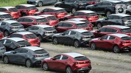 Deretan mobil baru terparkir di kawasan Marunda, Cilincing, Jakarta, Senin (21/6/2021). Sebelumnya, sejak Maret 2021 pemerintah menerapkan pajak mobil baru dimulai dari kapasitas 1.500cc dengan kandungan lokal tertentu. (merdeka.com/Iqbal S. Nugroho)