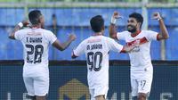 Para pemain Borneo FC merayakan gol penyeimbang 2-2 yang dicetak striker Rifal Lastori (kanan) ke gawang PSM Makassar dalam laga matchday ke-3 Grup B Piala Menpora 2021 di Stadion Kanjuruhan, Malang, Rabu (31/3/2021). Borneo FC bermain imbang 2-2 dengan P