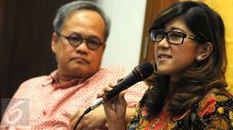 """Politikus Partai Golkar Meutya Hafid (kanan) saat berbicara dalam diskusi bertajuk """"Mau Kemana Golkar?"""" di Cikini Jakarta, (21/2). Mereka membahas Munaslub adalah jalan keluar untuk menyelesaikan konflik di internal Golkar. (Liputan6.com/Helmi Afandi)"""