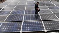 Petugas memeriksa panel surya (Solar Cell) di gedung ESDM, Jakarta, Rabu (2/3/2016). Manfaat pengunaan panel surya untuk industri dapat menghemat energi serta biaya ketika puncak beban listrik tinggi di siang hari. (Liputan6.com/Gempur M Surya)