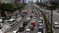Kondisi arus lalu lintas di sepanjang tol dalam kota yang mengalami kemacetan, Jakarta, Kamis (24/12/2015). Kemacetan ini terjadi hingga ke jalan-jalan tol yang mengarah keluar Jakarta. (Liputan6.com/Angga Yuniar)