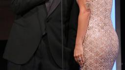 Lady Gaga dan Sam Elliot berbicara di atas panggung selama acara American Cinematheque Award ke-32 untuk menghormati Bradley Cooper di Beverly Hills, California, AS (29/11). (AP Photo/Willy Sanjuan)