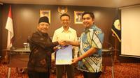 Najmul Akhyar menerima surat penunjukan dirinya menjadi Sekjen Apkasi dari Ketua Umum Apkasi, Mardani yang disaksikan Ryaas Rasyid. (Liputan6.com/Muhammad Ali)