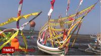 Puluhan perahu yang dihias oleh para nelayan di Desa Binor, Kecamatan Paiton, Kabupaten Probolinggo, Jawa Timur. (FOTO: Dicko W/TIMES Indonesia)