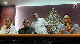 Ketum INACA Ari Askhara (kanan) memberi keterangan terkait penerapan tarif batas atas dan bawah pada maskapai penerbangan di Jakarta, Minggu (13/1). INACA menyampaikan keputusan untuk menurunkan harga tiket pesawat. (Liputan6.com/Herman Zakharia)