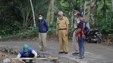 Plh Bupati Banjarnegara Syamsudin meninjau sejumlah proyek infrastruktur. (Foto: Liputan6.com/Humas Pemkab Banjarnegara)