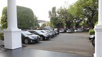 Deretan mobil Toyota Crown Royal Saloon milik menteri di pelataran parkir halaman belakang Istana Negara, Jakarta. (Liputan6.com/Rinaldo)