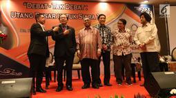 """Mantan Menko Kemaritiman Rizal Ramli (kedua kiri) menjawab pertanyaan pembawa acara saat diskusi serial untuk edukasi pemilih dengan tema """"Debat-Tak Debat: Utang Besar Buat Siapa? di JCC , Jakarta, Selasa (3/7). (Liputan6.com/Angga Yuniar)"""