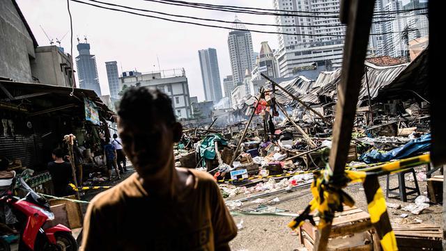 Suasana Pasar Kambing usai terbakar di Jalan Sabeni RT 1 RW 12, Kebon Melati, Tanah Abang, Jakarta, Jumat (9/4/2021). Kebakaran di Pasar Kambing telah menghanguskan 136 lapak dan 40 kios.(Liputan6.com/Faizal Fanani)