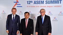 Wakil Presiden Indonesia, Jusuf Kalla foto bersama Presiden Komisi Eropa Jean-Claude Juncker dan Presiden Dewan Eropa Donald Tusk saat menghadiri pembukaan KTT ASEM (Asia-Europe Meeting) ke-12 di Brussels, Belgia, (18/10). (AFP Photo/Ben Stansall)