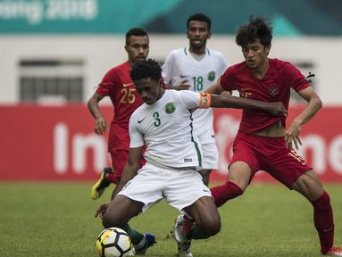 Striker Timnas Indonesia, Hanis Saghara, berusaha merebut bola saat melawan Arab Saudi pada laga persahabatan di Stadion Wibawa Mukti, Jawa Barat, Rabu (10/10/2018). Indonesia kalah 1-2 dari Arab Saudi. (Bola.com/Vitalis Yogi Trisna)