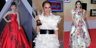 Berjalan di karpet merah sering menjadi pusat perhatian. Apalagi gaya busana unik, yang dikenakan. Begitu juga Selebriti yang hadir dalam ajang Penghargaan AMI Awards 2016 yang berlangsung Rabu (28/9) malam. (Deki Prayoga/Bintang.com)