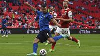Leonardo Spinazzola mencoba melepaskan tembakan ke gawang Austria ketika pertandingan 16 besar Euro 2020 antara Italia melawan Austria yang berlangsung di Stadion Wembley, London, Inggris pada Sabtu (26/06/2021). (AP/Pool/Ben Stansall)