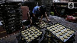 Pekerja UMKM melakukan pembuatan kue di Tanah Kusir, Jakarta, Rabu (13/1/2021).  Pembiayaan KUMKM, penempatan dana di perbankan, penjaminan loss limit, cadangan pembiayaan PEN. (Liputan6.com/Johan Tallo)