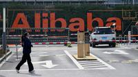 Seorang wanita berlari di depan kantor pusat Alibaba di Kota Hangzhou, Provinsi Zhejiang, China, Rabu (5/2/2020). Pemerintah Hangzhou memberlakukan pembatasan pergerakan bagi warganya menyusul mewabahnya virus corona. (NOEL CELIS/AFP)