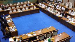 Suasana rapat kerja antara Menteri ESDM, Arifin Tasrif dengan Komisi VII DPR di Kompleks Parlemen, Senayan, Jakarta, Selasa (19/1/2021). Rapat kerja tersebut membahas strategis program kerja Kementerian ESDM tahun 2021 serta evaluasi kinerja Kementerian ESDM Tahun 2020. (Liputan6.com/Angga Yuniar)