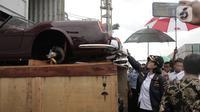 Menkeu Sri Mulyani mengecek barang bukti kasus penyelundupan mobil dan motor mewah di Terminal Petikemas Koja, Jakarta, Selasa (17/12/2019). Barang bukti yang diamankan merupakan hasil pengungkapan tujuh kasus kurun waktu 2016-2019 dengan total Rp 21 miliar. (merdeka.com/Iqbal Nugroho)