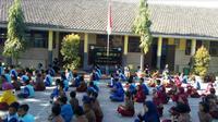 Guru dan pelajar SDN 01 Tegal Rejo kecamatan Mayang Kabupaten Jember Jawa Timur gelar doa bersama untuk BJ Habibie (Foto: Liputan6.com/Dian Kurniawan)