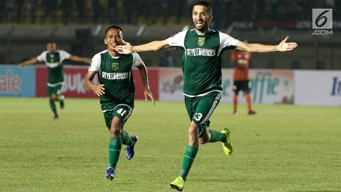 Striker Persebaya Surabaya, Manuchehr Jalilov, merayakan gol yang dicetaknya ke gawang Perseru Serui pada laga Piala Presiden 2019 di Stadion Si Jalak Harupat, Bandung, Sabtu (2/3). Persebaya menang 3-2 atas Perseru. (Bola.com/Yoppy Renato)