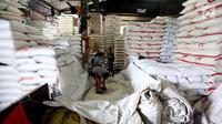 Aktivitas di Pasar Induk Beras Cipinang, Jakarta, (24/8). HET diatur berdasarkan zonasi di Jawa, Lampung, Sumsel, Bali, NTB dan Sulawesi dianggap wilayah produsen beras sehingga harga beras medium ditetapkan sekitar Rp 9.450. (Liputan6.com/Johan Tallo)