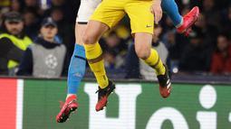 Pemain Barcelona Ivan Rakitic (depan) berebut bola dengan pemain Napoli Piotr Zielinsk pada pertandingan babak 16 besar Liga Champions di San Paolo Stadium, Naples, Italia, Selasa (25/2/2020). Pertandingan berakhir dengan skor 1-1. (Alfredo Falcone/Andrew Medichini)