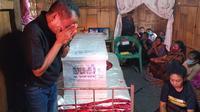 IsakTangisan Keluarga di Rumah Duka Keluarga Jenazah Korban Sriwijaya Air SJ 182 Asal Ende,di Desa Pora, Kecamatan Wolojita, Kabupaten Ende pada Jumat (22/1/2021). (Liputan6.com/Dionisius Wilibardus)