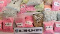 Barang bukti ekstasi diperlihatkan sebelum dimusnahkan di Jakarta, Senin (18/2). Polda Metro Jaya memusnahkan sebanyak 127 kg sabu, 92.000 butir ekstasi, serta 325 gram ganja dari tiga kasus berbeda. (Liputan6.com/Immanuel Antonius)