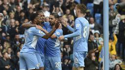 Penyerang Manchester City, Raheem Sterling (kiri) berselebrasi usai mencetak gol ke gawang Norwich City pada pertandingan pekan kedua Liga Inggris di stadion Etihad di Manchester, Inggris, Sabtu (21/8/2021). Man City menang telak atas Norwich City 5-0. (AP Photo/Rui Vieira)
