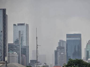 Suasana gedung-gedung bertingkat dengan langit mendung di kawasan Sudirman, Jakarta, Rabu (23/11). BMKG memperkirakan puncak musim hujan di Jakarta diprediksi terjadi sepanjang Januari hingga Februari 2019. (Liputan6.com/Faizal Fanani)