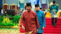 Sultan Hassanal Bolkiah pergi usai menyampaikan pidato dalam sebuah acara di Bandar Seri Begawan, Brunei Darussalam, Rabu (3/4). Dalam hukum syariah baru, seseorang akan dihukum rajam sampai mati bila berhubungan seks gay, baik mengaku atau ketahuan oleh empat saksi. (AFP)