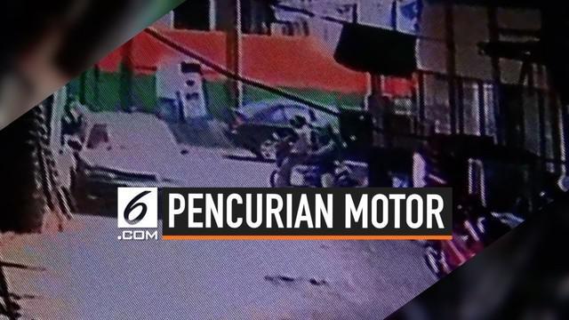 Pencuri motor terekam CCTV di daerah Jakarta Barat. Dua pelaku membawa kabur motor yang terparkir, pencuri mengenakan atribut ojek online.
