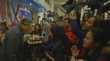 Presiden SBY saat meniup lilin kue ulang tahun, Jakarta, Selasa (9/9/14). (ANTARA FOTO/Widodo S. Jusuf)