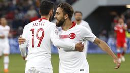 Pemain Turki, Yunus Malli (kiri) merayakan gol dengan rekannya Kenan Karaman saat melawan Rusia pada laga uji coba di VEB Arena stadium, Moskow, Rusia, (5/6/2018). Rusia bermain imbang 1-1. (AP/Pavel Golovkin)