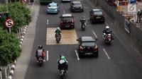 Sejumlah kendaraan roda dua melintasi Jalan MH Thamrin-Medan Merdeka Barat, Jakarta Pusat, Kamis (11/1). Para pengendara sepeda motor bebas melintas di ruas jalan tersebut setelah tidak ada lagi rambu larangan. (Liputan6.com/Arya Manggala)