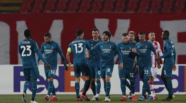 Para pemain AC Milan berselebrasi setelah pemain Red Star Belgrade Radovan Pankov mencetak gol bunuh diri pada pertandingan leg pertama babak 32 besar Liga Europa di Rajko Mitic Stadium di Beograd, Serbia, Jumat (19/2/2021). AC Milan bermain imbang atas Red Star 2-2. (AP Photo/Darko Vojinovic)