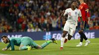 Pemain timnas Inggris, Raheem Sterling, berlari setelah membobol gawang timnas Spanyol yang dikawal David de Gea.  (AP Photo/Miguel Morenatti)