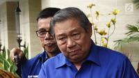 Ketum Partai Demokrat Susilo Bambang Yudhoyono (SBY) menjawab pertanyaan wartawan usai bertemu Bawaslu di kediaman SBY di Jakarta, Selasa (10/7). Kunjungan Bawaslu untuk sosialisasi pengawasan pencalonan Pileg dan Pilpres. (Liputan6.com/Herman Zakharia)