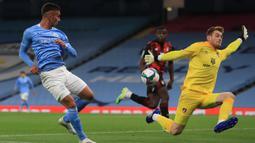 Gelandang Manchester City, Ferran Torres, berusaha mencetak gol ke gawang Bournemouth pada laga babak ketiga Piala Liga Inggris di Etihad Stadium, Jumat (25/9/2020) dini hari WIB. Manchester City menang 2-1 atas Bournemouth. (AFP/Mike Egerton/pool)