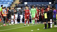 Pemain Liverpool mendapat guard of honor dari Manchester City jelang pertandingan di Etihad Stadium, Kamis (2/7/2020) atau Jumat dini hari WIB. (AP Photo/Peter Powell)
