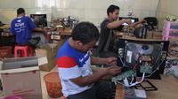 Karyawan Kusrin sedang memproduksi televisi tabung. (Liputan6.com/Reza Kuncoro)