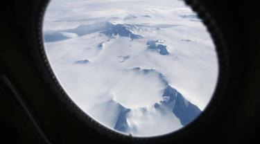 Pegunungan es terlihat dari pesawat di wilayah Antartika Peninsula, (4/11). Operasi IceBridge yang dilakukan peneliti NASA berhasil menggambarkan kondisi es di Antartika lewat foto yang diambil dari pesawat Lockheed P-3 1966. (Mario Tama/Getty Images/AFP)